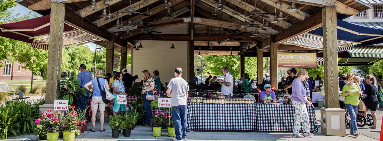 Attendees of farmers market in Mount Pleasant, SC